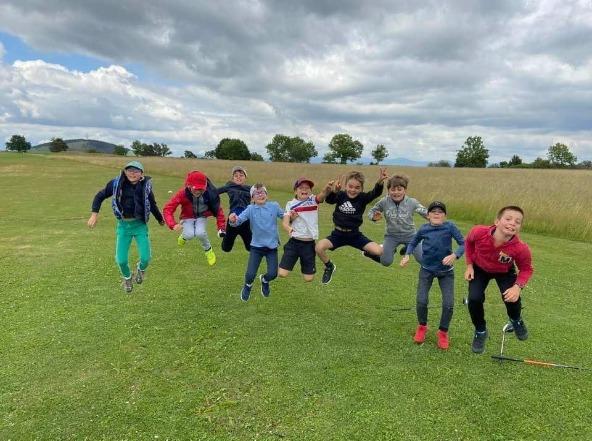 jeunes golfeurs qui sautent en l'air heureux