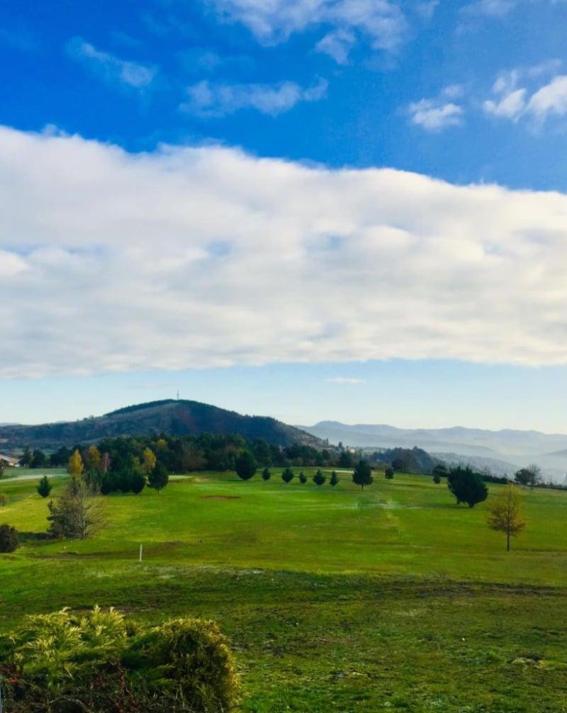 parcours de golf du puy en velay ciel bleu