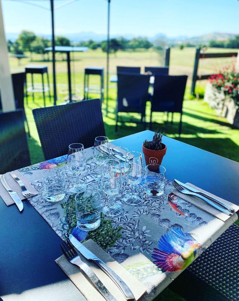 table dressée du restaurant la haut terrasse ensoleillée